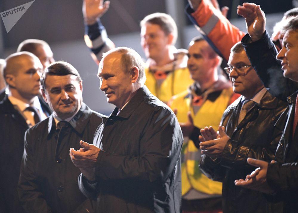 Il presidente russo Vladimir Putin durante una visita di lavoro a San Pietroburgo.