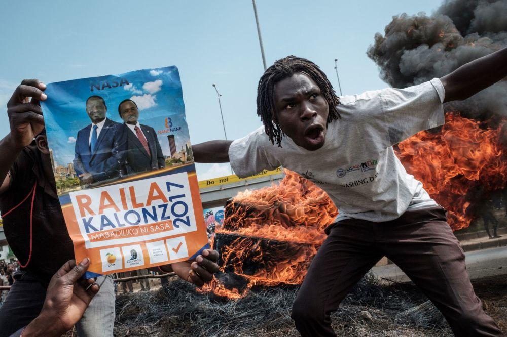 Manifestanti chiedono le dimissioni degli ufficiali che fanno parte della Commissione per elezioni e frontiere, Kenya.