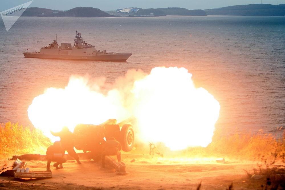 Fuoco artiglieristico durante l'arrivo della fregata della Marina militare indiana Saptur a Vladivostok per partecipare alle esercitazioni russo-indiane Indra-2017.