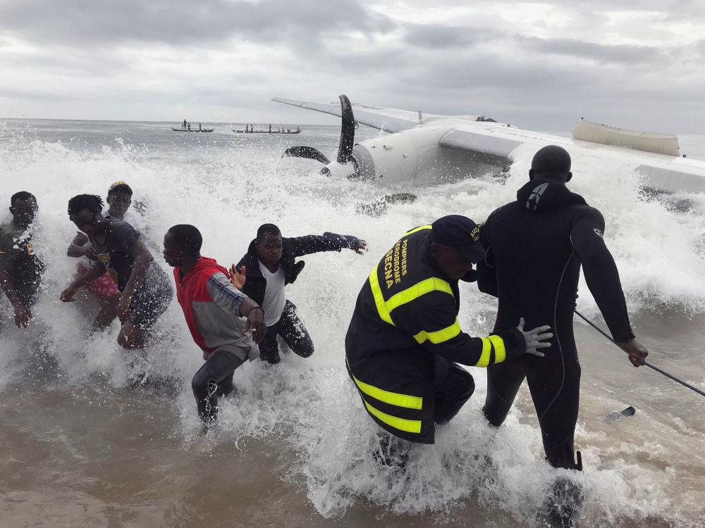 Soccorritori tirano dal mare i relitti del cargo schiantatosi vicino all'aeroporto di Abidjan, Costa d'avorio.