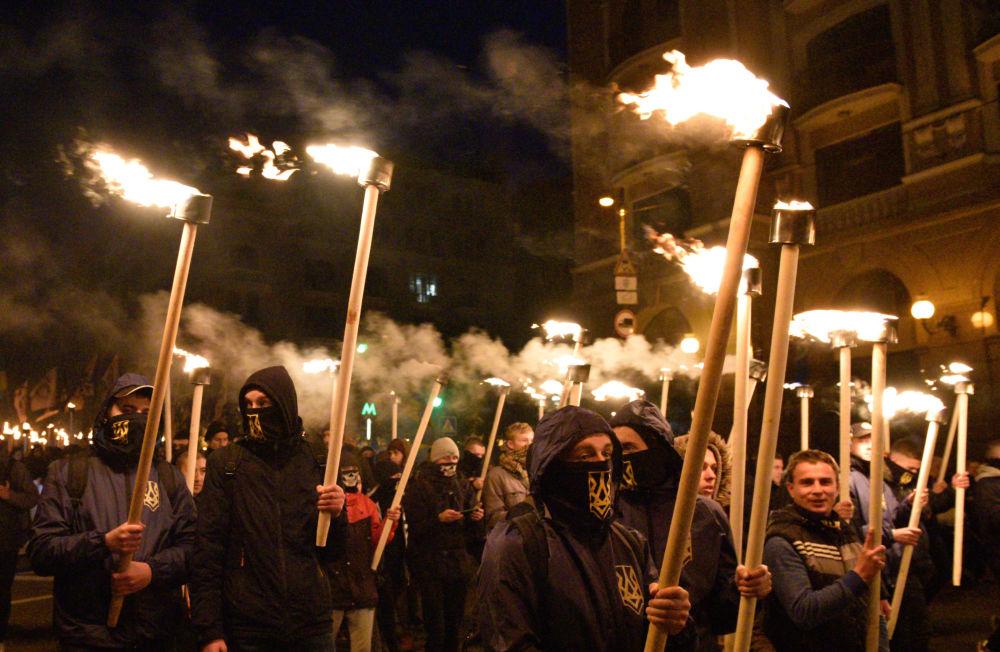 I partecipanti alla marcia a Kiev per l'anniversario dell'istituzione dell'Esercito insurrezionale ucraino e la giornata del defensore dell'Ucraina.