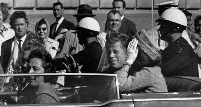 Presidente John F. Kennedy pochi istanti prima di essere ucciso a Dallas, 22 novembre 1963
