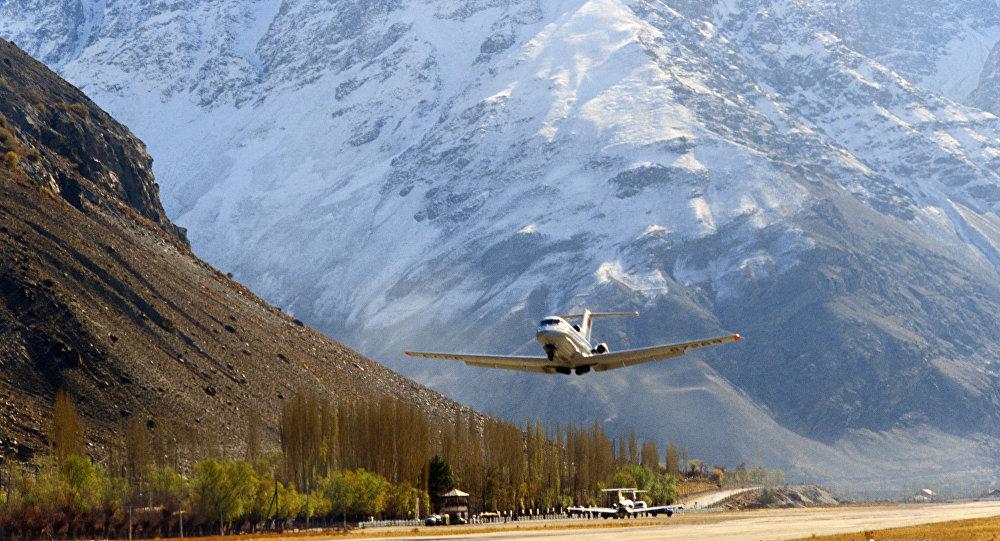 Un aereo atterra all'aeroporto di Khorog in Tagikistan il 1° luglio 1988