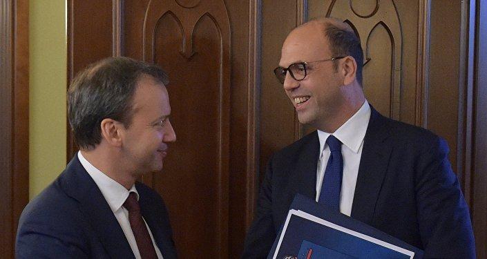 Il ministro degli Esteri italiano Angelino Alfano ed il vice premier russo Arkady Dvorkovich