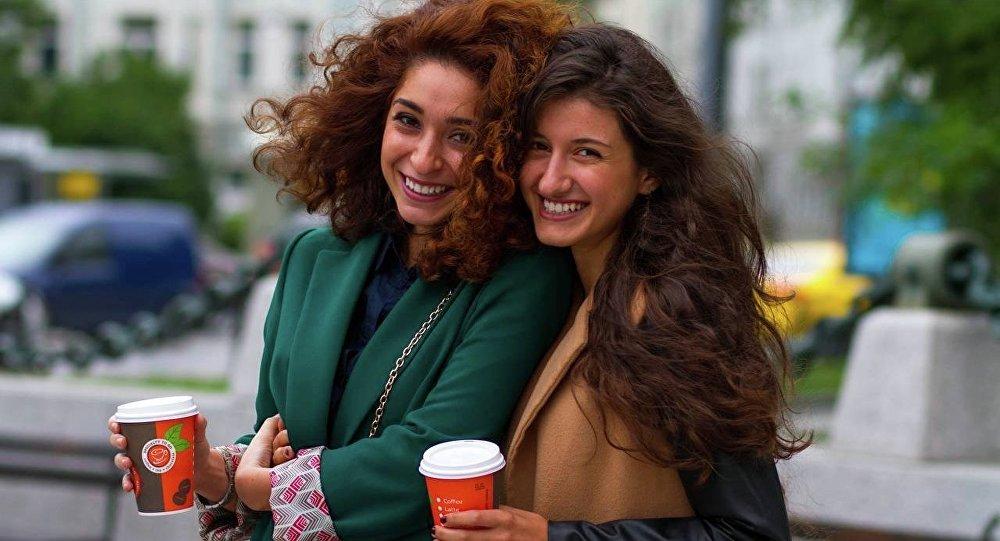 Amicizia e rapporti amichevoli rendono il cervello più giovane