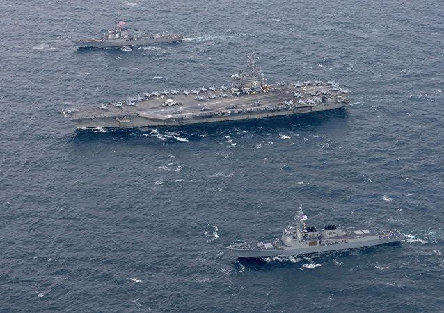 La portaeri USS Ronald Reagan e navi di scorta USA e sudcoreane navigano vicino la penisola coreana