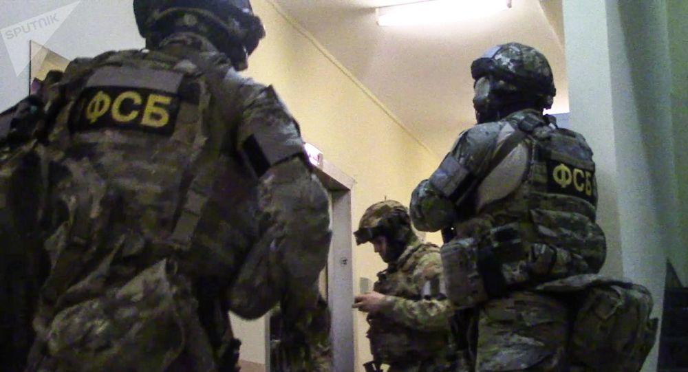Agenti dell'FSB impegnati in un blitz