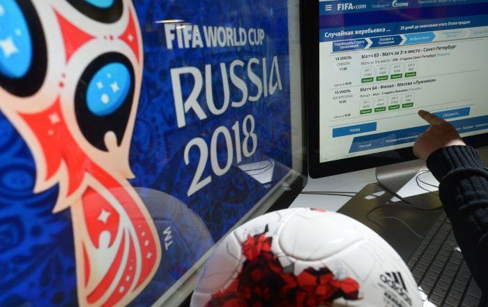 Un ragazzo sceglie quali biglietti acquistare per i Mondiali sul sito della FIFA