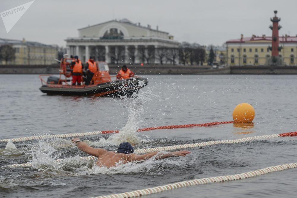 A San Pietroburgo si è aperta la stagione dei bagni... nell'acqua gelata