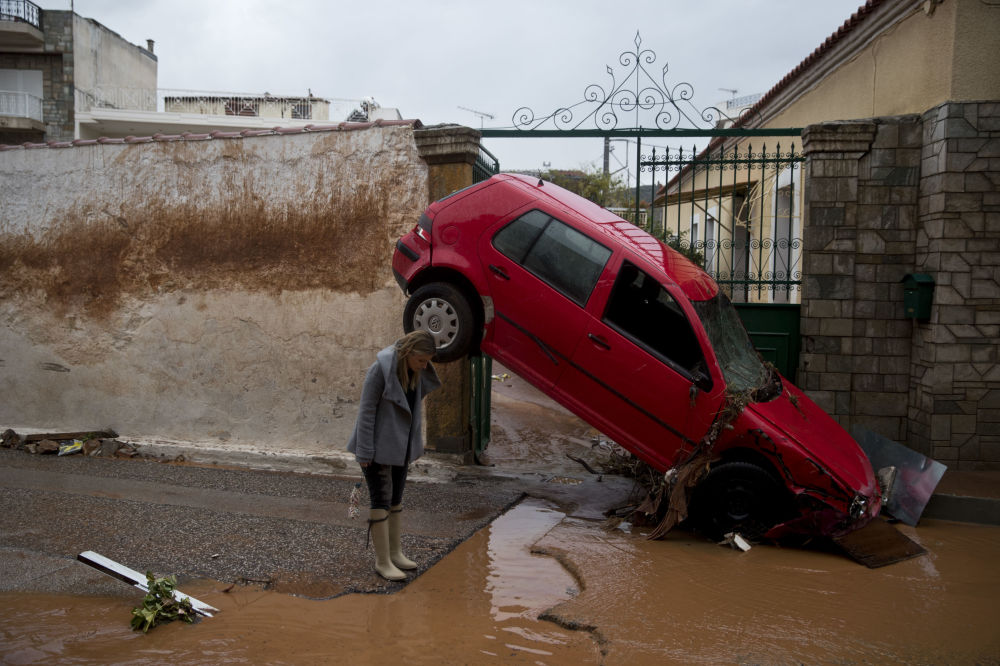 Una donna osserva le conseguenze dell'alluvione ad Atene, Grecia.
