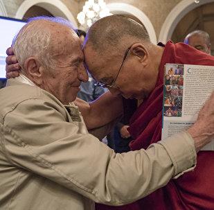 Il schienziato russo David Dubrovsky e Dalai Lama