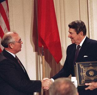 Mikhail Gorbachev e Ronald Reagan visti dopo aver firmato il Trattato INF, l'8 dicembre, 1987
