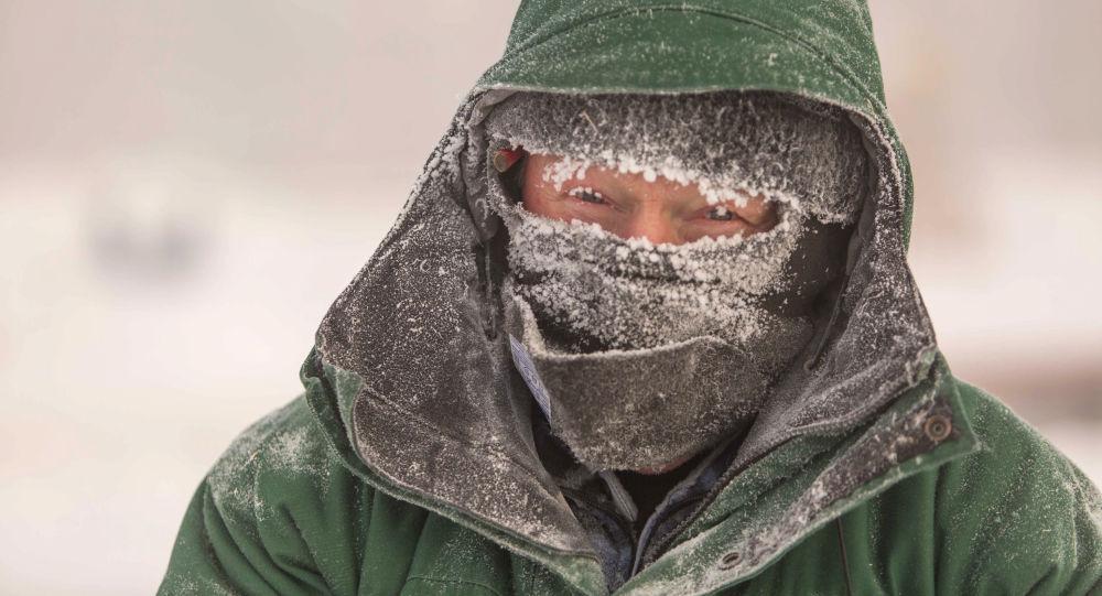 Un abitante di Nefteyugansk, dove il termometro è sceso a -62° C