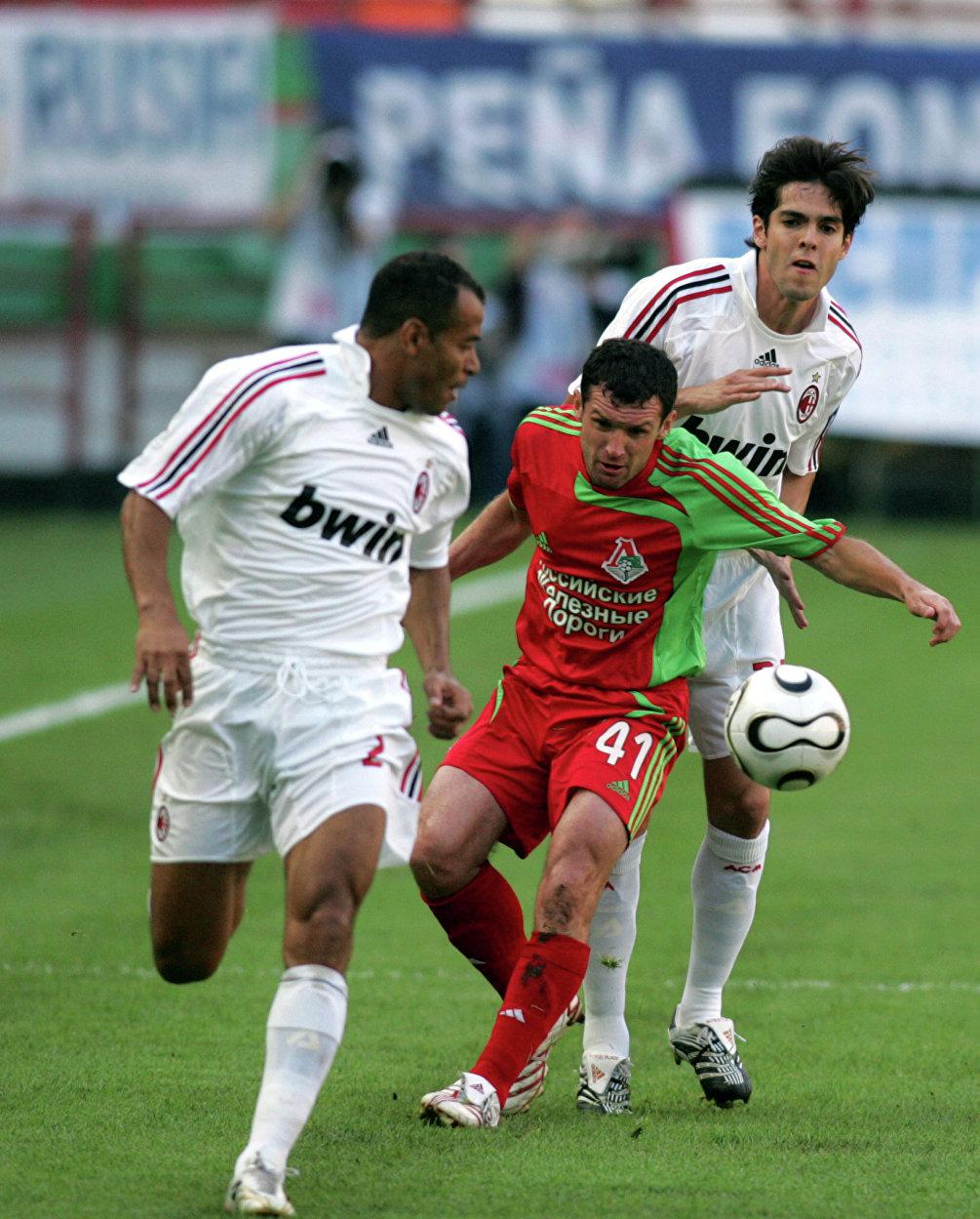 Sergey Gurenko contrastato dai giocatori del Milan Cafù e Kakà