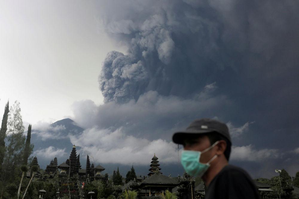 L'eruzione del vulcano Agung all'isola di Bali in Indonesia.