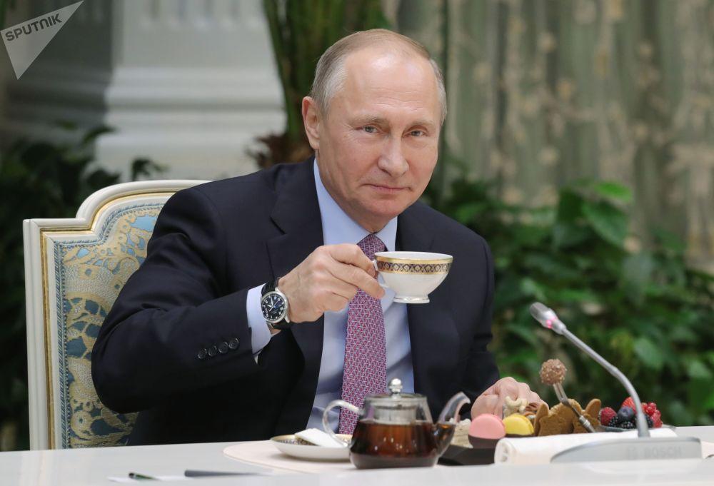 Il presidente russo Vladimir Putin incontra i vincitori del concorso La famiglia dell'anno.