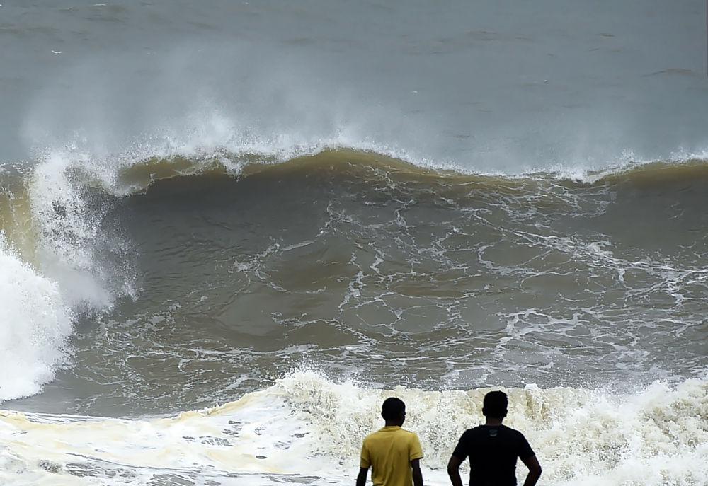 Delle onde alte alla costa di Colombo, Sri Lanka.