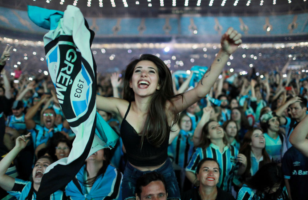 La tiffose brasiliane festeggiano la vittoria della squadra Gremio.