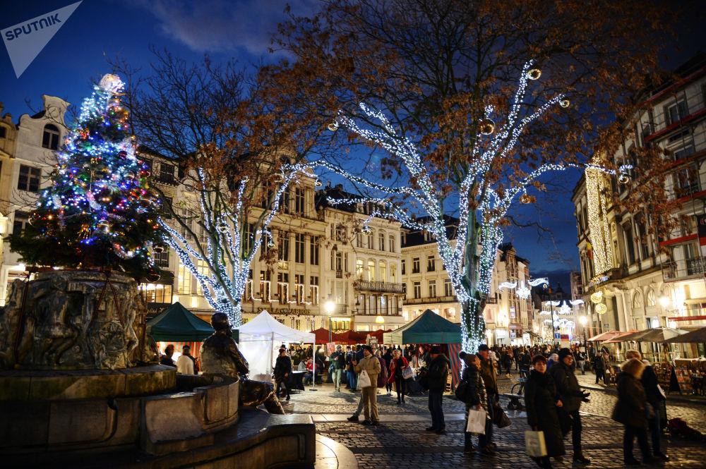 Passanti al mercantino di Natale a Bruxelles.