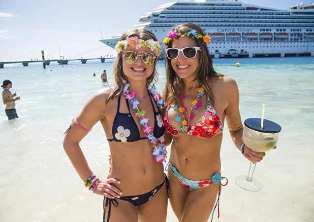 Donne in bikini su una spiaggia di Miami