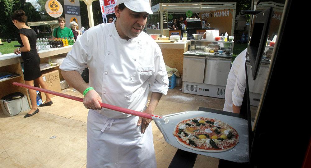 Una pizza pronta per essere infornata