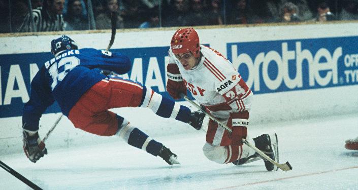 L'attaccante della nazionale di hockey sovietica Sergej Makarov segna un gol agli USA in una partita dei mondiali 1985