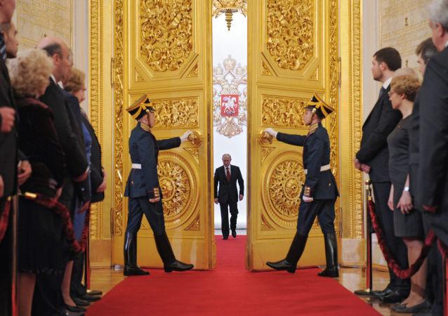 7 maggio 2012, Vladimir Putin entra al Cremlino nella sala dove pronuncierà il giuramento