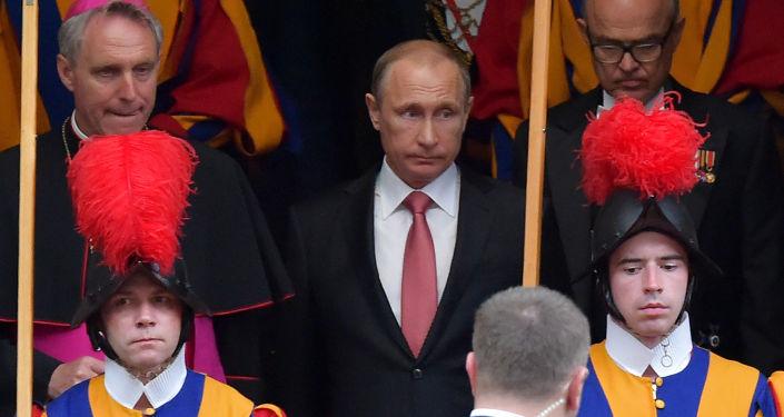 Il G-7 rifiuta Putin come interlocutore. Il Papa di Roma lo riceve in casa propria.