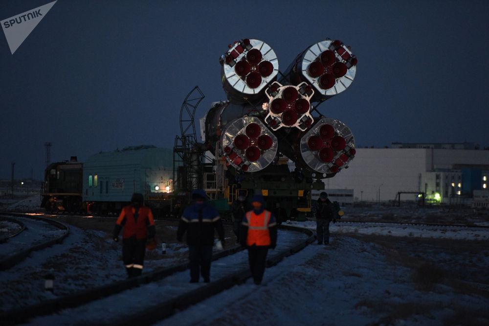 I razzi vettore Soyuz sulla rampa di lancio del Cosmodromo di Baykonur