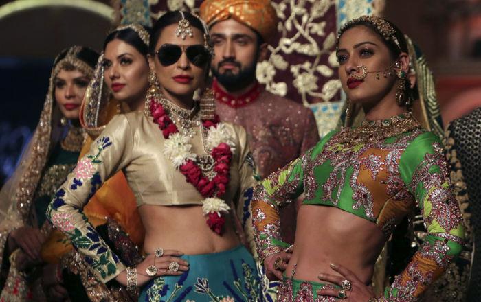 Modelle durante la sfilata di Ali Xeeshan alla Pantene Hum Bridal Couture Week a Lahore, Pakistan.