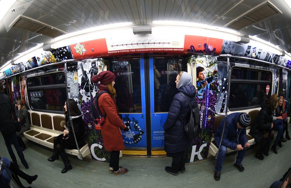 Viaggio nel Natale a bordo della metrò di Mosca