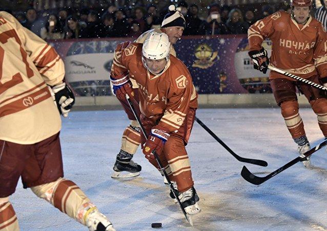 Putin gioca a hockey