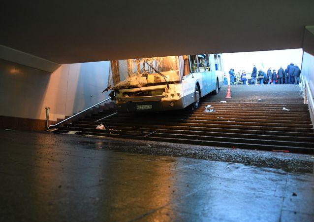 L'autobus finito in un sottopassaggio in centro a Mosca
