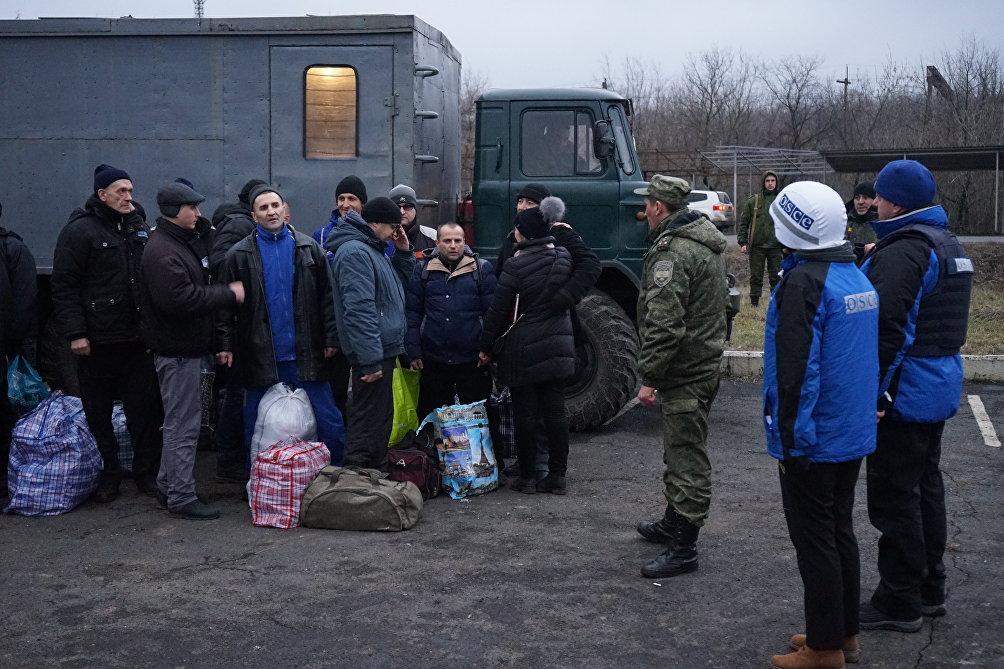Una fase dello scambio di prigioneri, sotto gli occhi degli osservatori dell'OSCE