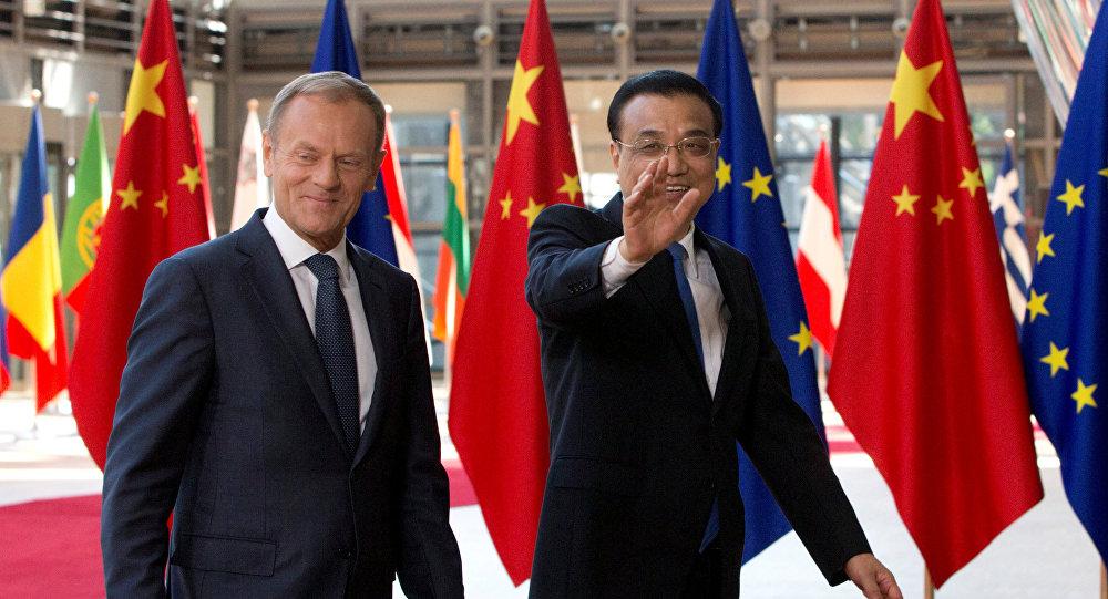 Il presidente del Consiglio Europeo Donald Tusk e il premier cinese Li Keqiang arrivano al Summit UE-Cina a Bruxelles, Belgio, il 2 giugno 2017.