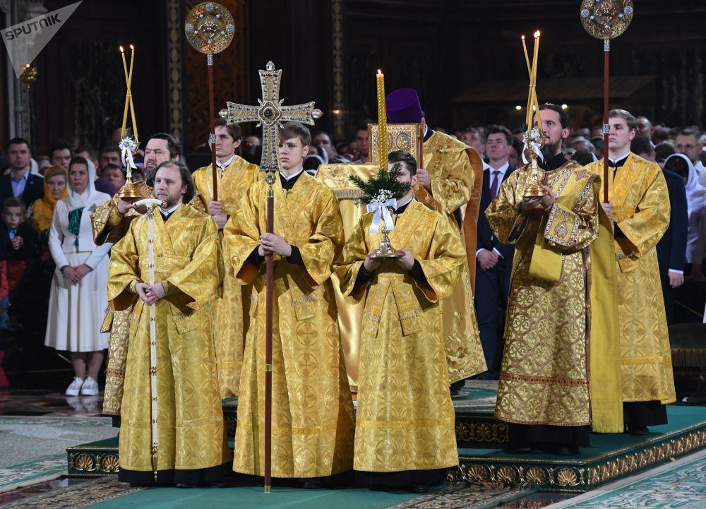 I preti durante la Messa di Natale.