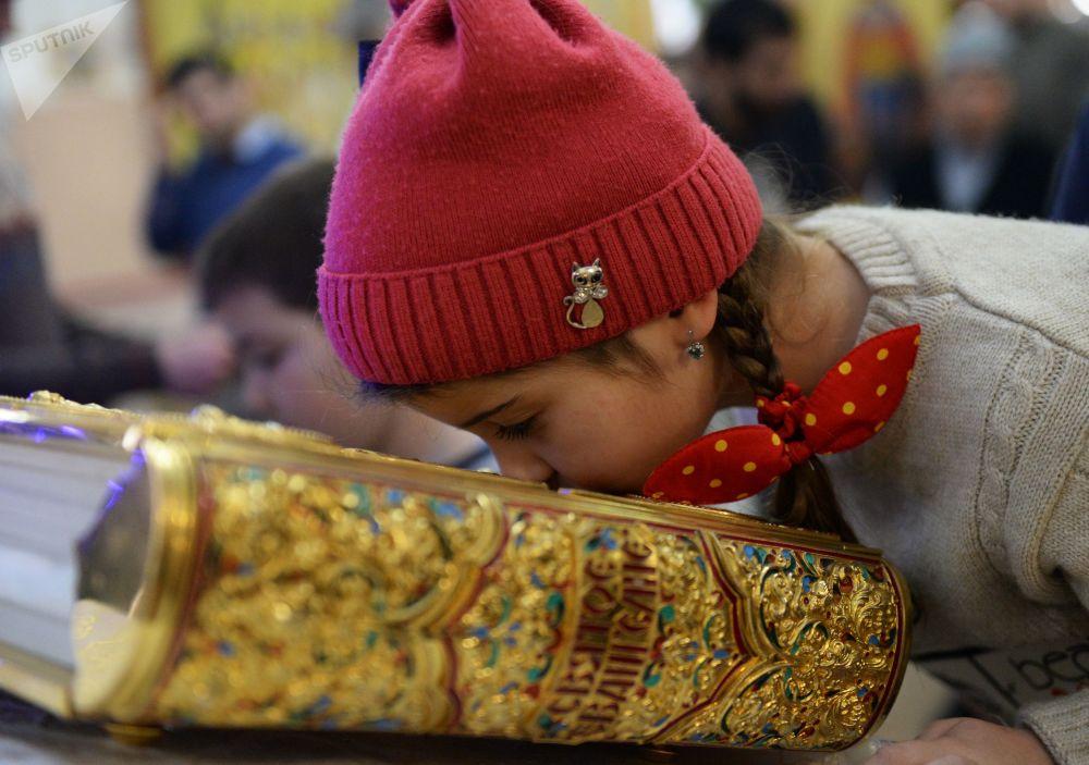 Una bambina durante la Messa di Natale nella Chiesa di San Michele Arcangelo a Groznyj.