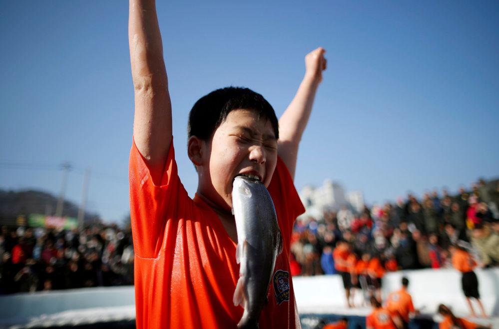 Un ragazzo ha catturato una trota a Hwacheon, Corea del Sud.