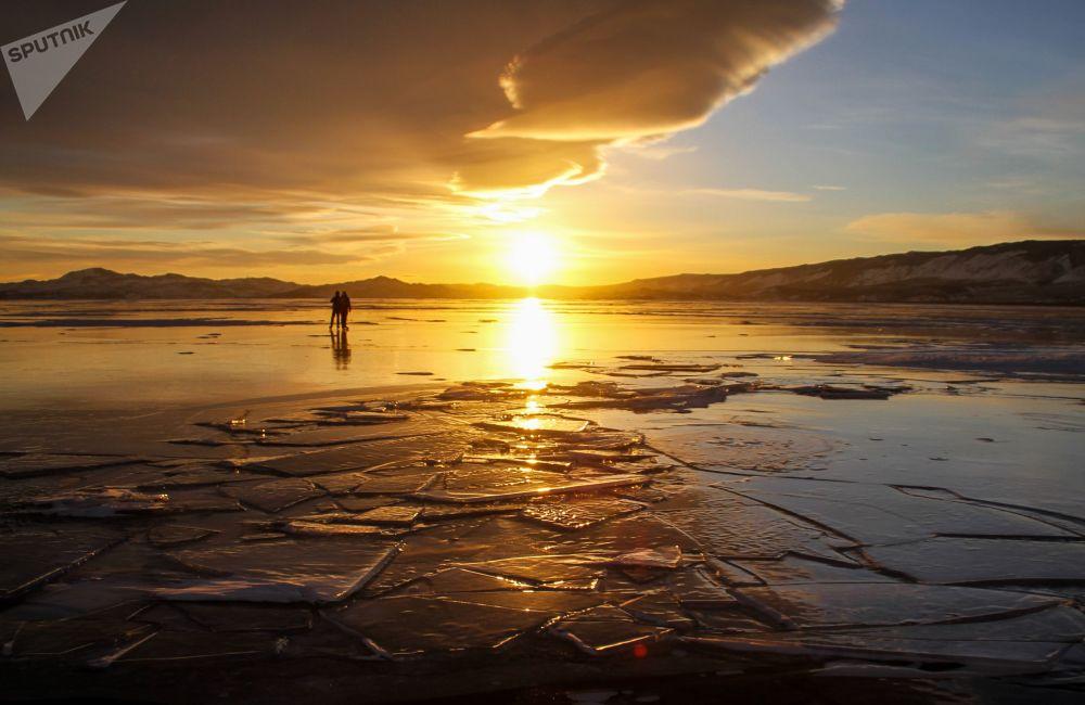 La gente a spasso per il ghiaccio del lago Baikal.