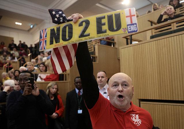 Dimostranti filo-Trump e filo-Brexit in sala per bloccare l'intervento del sindaco di Londra
