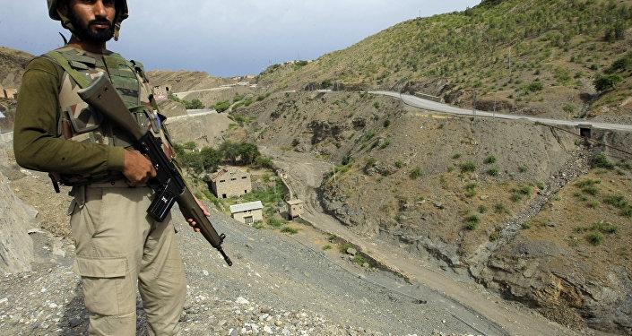 Soldato pachistano al confine con l'Afghanistan