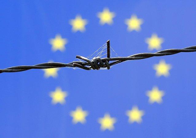 Una ragnatela sembra avvolgere questa bandiera UE