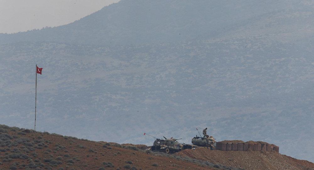 Artiglieria turca presso il confine siriano
