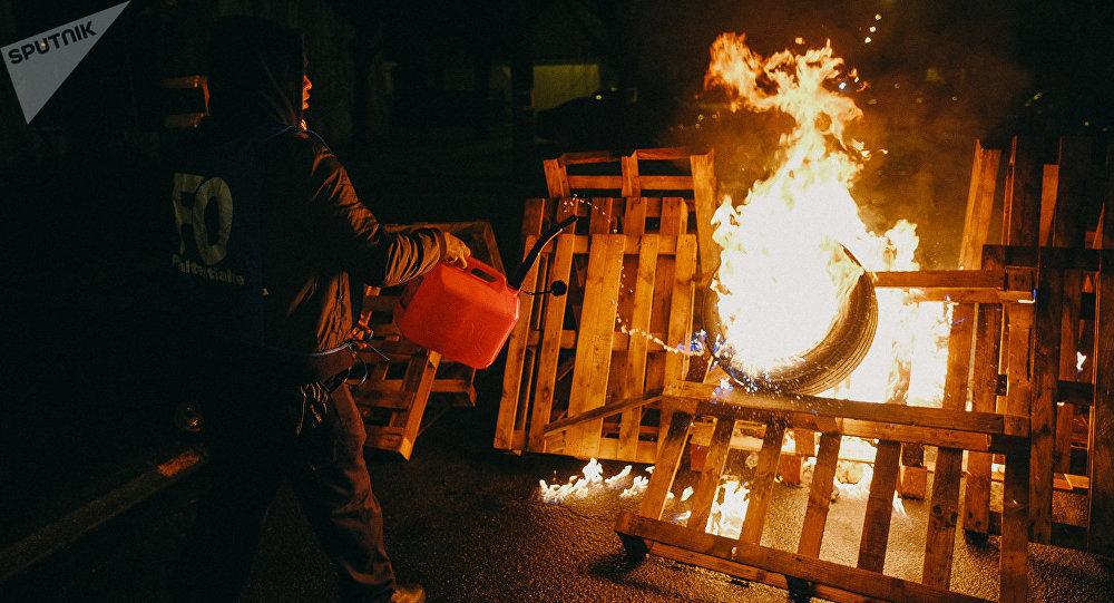 Le proteste al carcere di Fresnes.