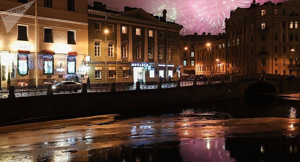 San Pietroburgo, i fouchi d'artificio in occasione della fine dell'assedio di Leningrado