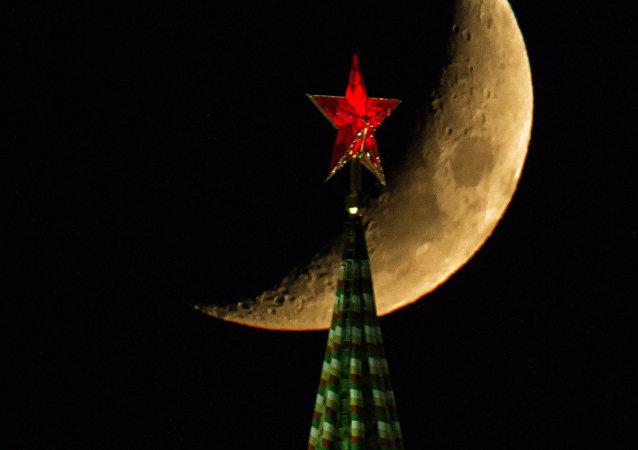 La vista della Luna e la Torre Spasskaya del Cremlino di Mosca