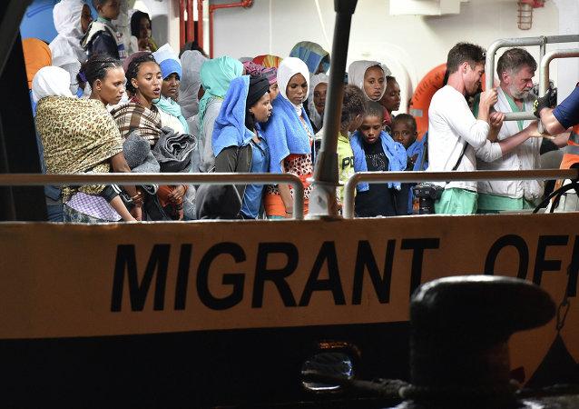 La scelta di accogliere a prescindere è quella che rende l'Italia porta per l'immigrazione selvaggia verso l'Europa.