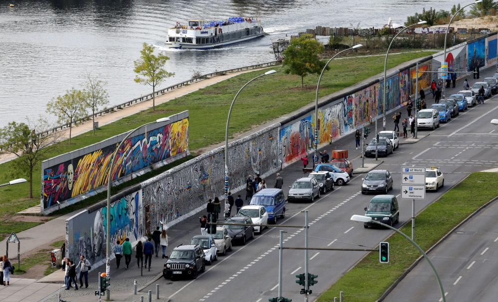 La veduta di una parte non distrutta del Muro di Berlino.
