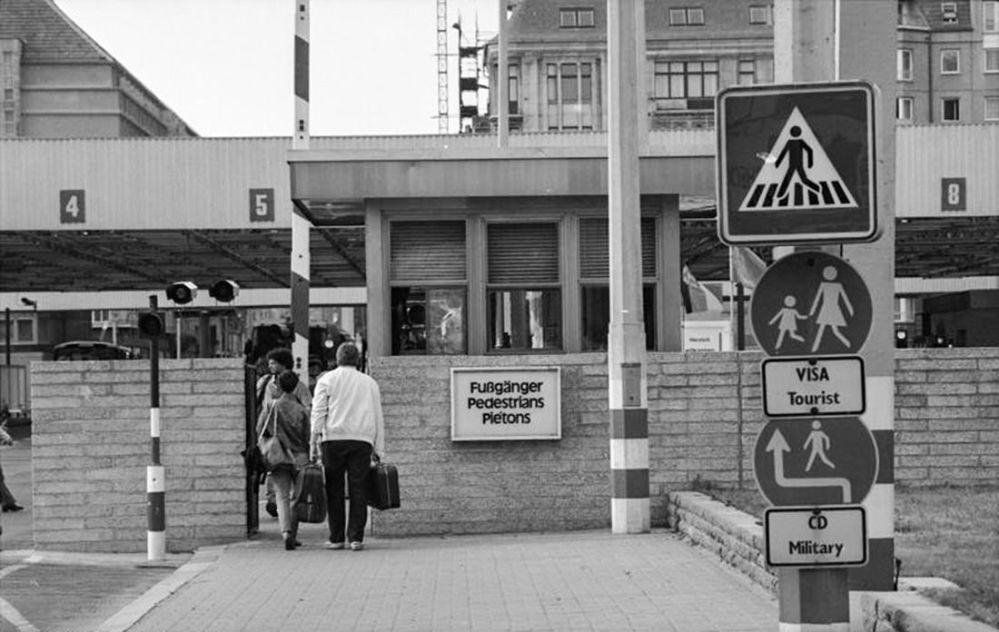 Il Checkpoint Charlie alla frontiera tra Berlino Est e Ovest.