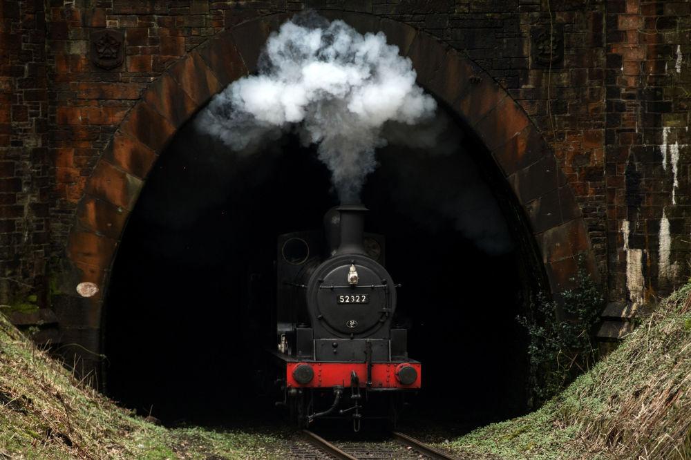 Un treno a vapore arriva alla stazione Summerseat, nord dell'Inghilterra.
